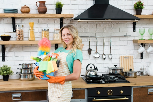 Schönheit, die eimer reinigungswerkzeuge und -produkte stehen in der küche hält Kostenlose Fotos