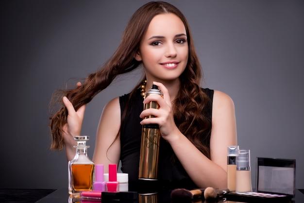 Schönheit, die in mode konzept des make-ups anwendet Premium Fotos