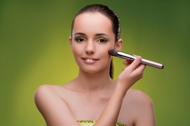 Schönheit, die make-up im schönheitskonzept anwendet Premium Fotos