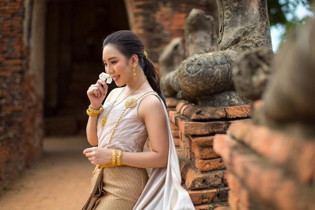 Schönheit im thailändischen alten traditionellen kostüm, porträt am alten ayutthaya-tempel Kostenlose Fotos