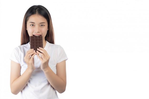 Schönheit mit einem glücklichen lächeln, das eine handschokolade hält Kostenlose Fotos