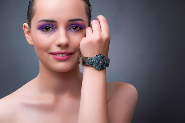 Schönheit mit konzept des schmucks in mode Premium Fotos