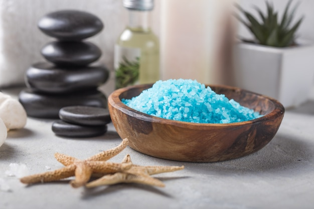 Schönheit stillleben der massageöl flasche aroma essentiellen und natürlichen duft salz mit steinen, kerzen auf beton grau tisch. zusammensetzung der spa-behandlung Premium Fotos