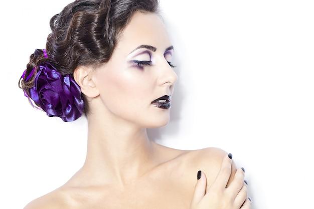 Schönheit und gesundheit, kosmetik und make-up. porträt des modefrauenmodells mit hellem purpurrotem make-up, gelockte frisur auf hellem weißem hintergrund. Kostenlose Fotos