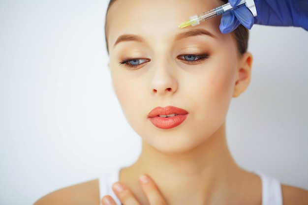 Schönheit und pflege. schönheitssalon. eine frau mit reiner haut. hautpflege Premium Fotos