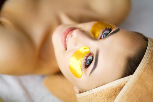 Schönheit und sorgfalt, mädchen mit schöner haut im schönheitssalon Premium Fotos