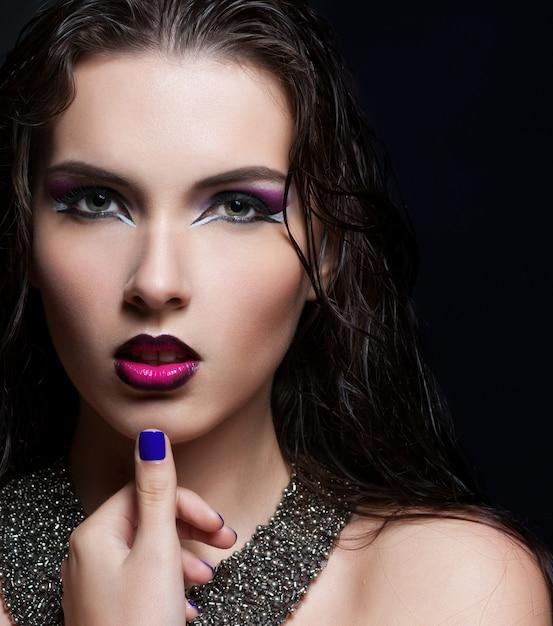 Schönheits-makeup. lila make-up und bunte helle nägel Premium Fotos