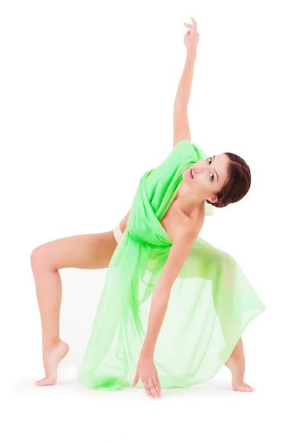 Schönheitsfrau, die mit grünem gewebe auf weiß lokalisiert aufwirft Premium Fotos