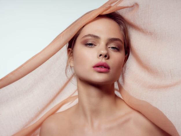Schönheitsfrauenporträt mit schönem gesicht, träne, nahaufnahme Premium Fotos