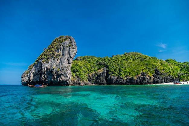 Schönheitskalksteinfelsen im adamanmeer, thailand Kostenlose Fotos
