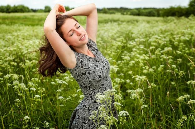 Schönheitsmädchen, das draußen natur genießt. Premium Fotos