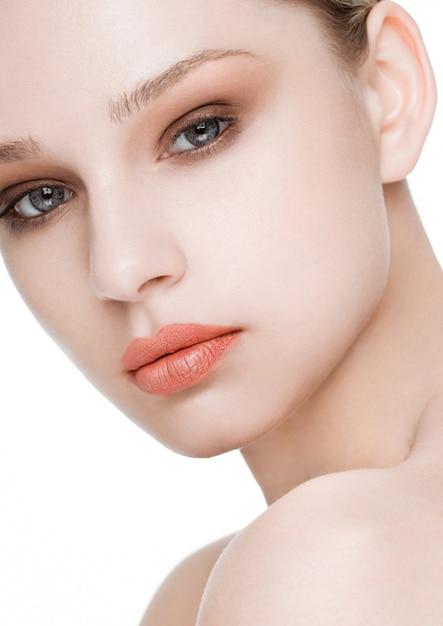 Schönheitsmode-modell mit natürlicher make-uphautpflege und badekur mit roter lippennahaufnahme Premium Fotos