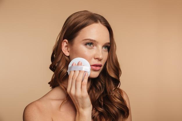 Schönheitsporträt der geheimnisingwerfrau mit dem langen haar, das beim entfernen weg schaut, bilden auf ihrer backe Kostenlose Fotos