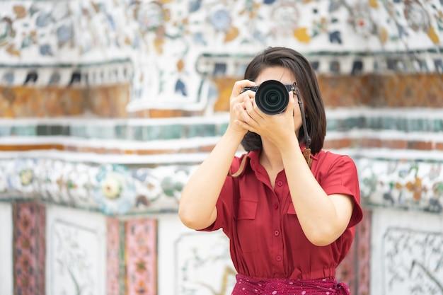 Schönheitstourist-griffkamera, zum der erinnerungen gefangenzunehmen Premium Fotos
