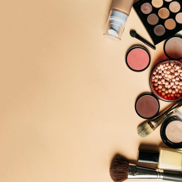 Schönheitszusammensetzung mit platz auf der linken seite Kostenlose Fotos