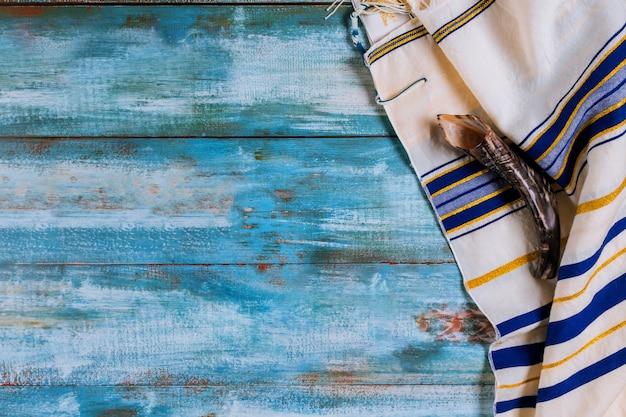 Schofarhorn und ein großer jüdischer feiertag mit hassidischen juden beten Premium Fotos