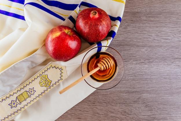 Schofarhorn, weißer gebetstalit und granatapfel Premium Fotos