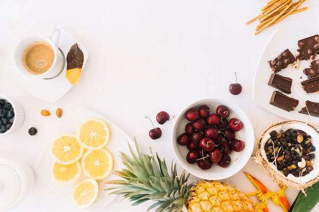 Schokolade; früchte und kaffee mit brot auf weißem hintergrund Kostenlose Fotos