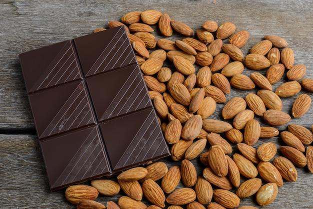 Schokolade mit mandeln auf holz Premium Fotos