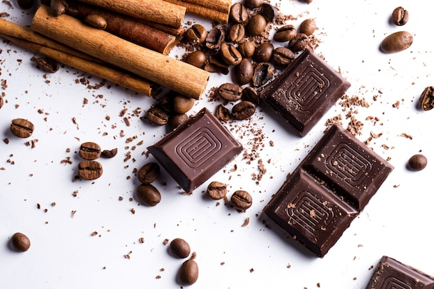 Schokolade mit zimt und kaffeebohnen Kostenlose Fotos