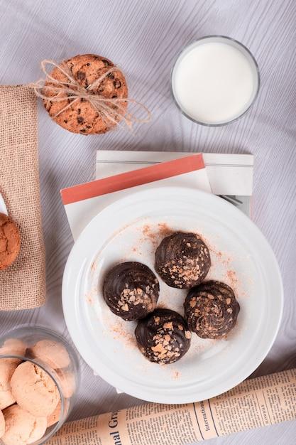 Schokolade, süße snacks und milch auf dem tisch Kostenlose Fotos