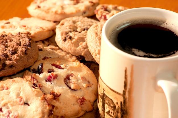 Schokolade und erdbeer-cookies mit einer tasse kaffee Kostenlose Fotos