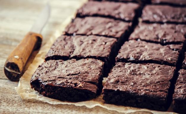 Schokoladen brownie. selbst gemachtes backen. selektiver fokus essen. Premium Fotos