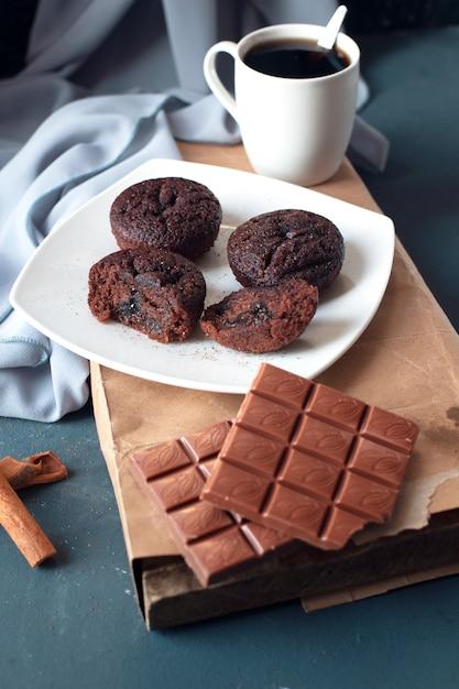 Schokoladen-brownies mit einer milchigen chooclate-tafel und einer tasse kaffee. Kostenlose Fotos