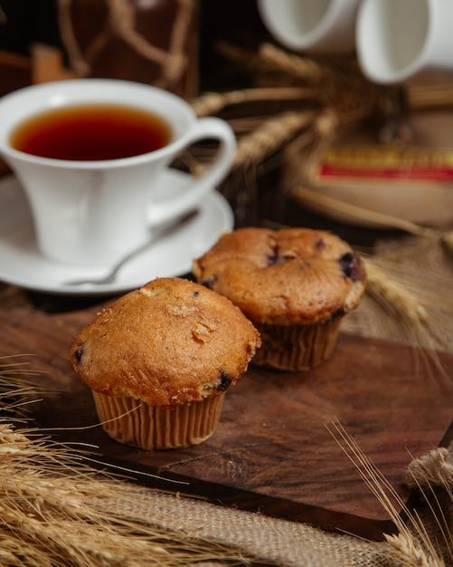 Schokoladen-brownies serviert mit einer tasse tee Kostenlose Fotos
