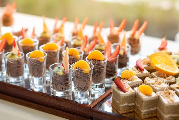 Schokoladen-elch-topping mit frischem obst- und butterkuchen in einer reihe vom buffet Premium Fotos
