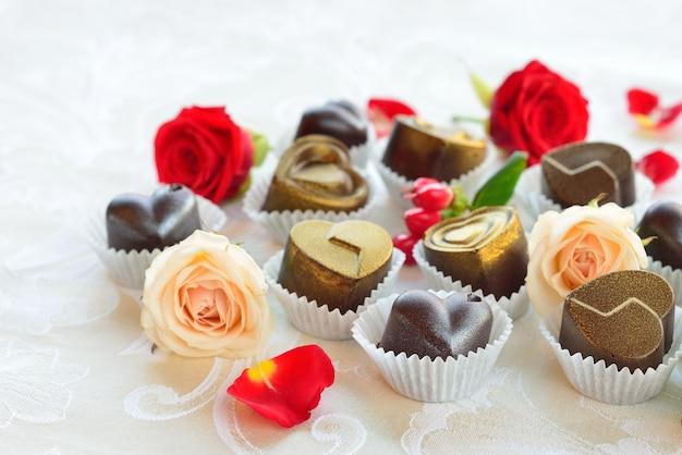 Schokoladen in herzform aus milch- und zartbitterschokolade Premium Fotos