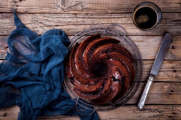 Schokoladen-kleiner kuchen. pie backen mit kirschen und kaffee Premium Fotos