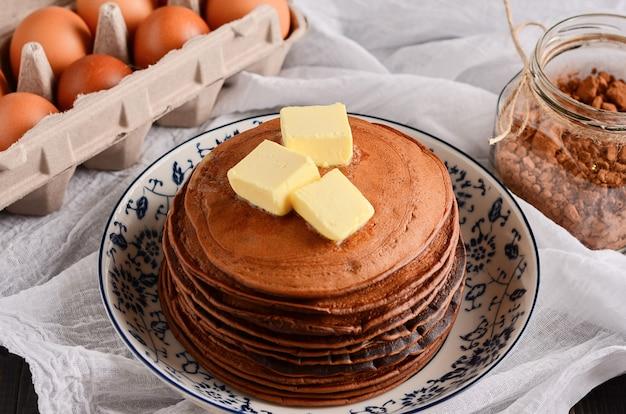 Schokoladen-punkcakes mit butter auf hellem hintergrund. hausmannskost im rustikalen stil. Premium Fotos
