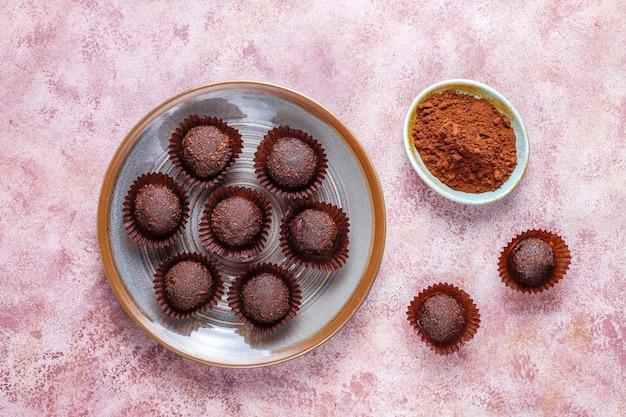 Schokoladenbällchen mit kakaopulver. Kostenlose Fotos