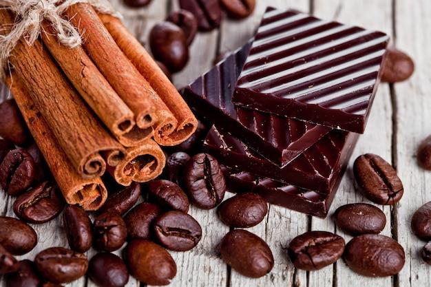 Schokoladenbonbons, zimt und kaffeebohnen Premium Fotos