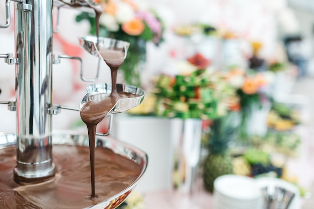 Schokoladenbrunnen in einem restaurant zum feiern der gäste Kostenlose Fotos