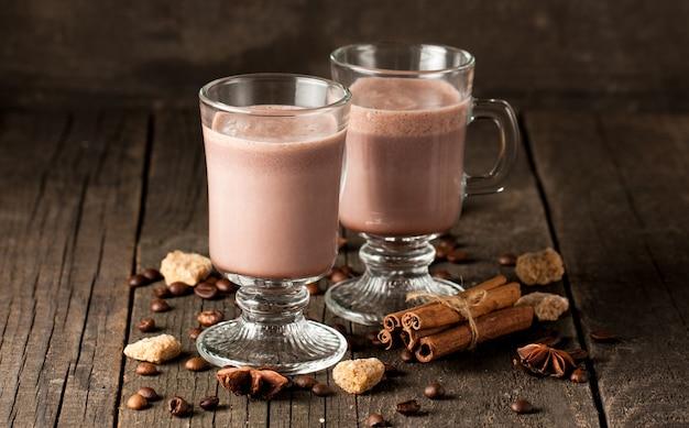 Schokoladenerschütterung auf hölzernem hintergrund. Premium Fotos