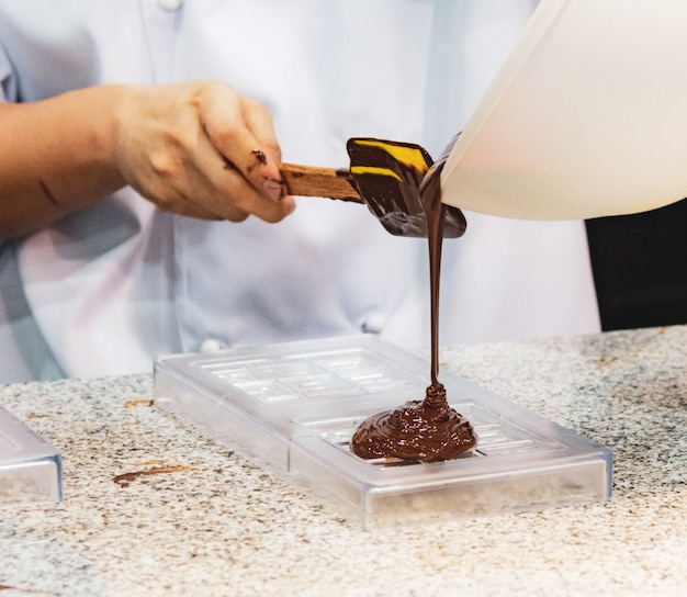 Schokoladenfondant-zuckerguss, schokoladenfondant machen Premium Fotos