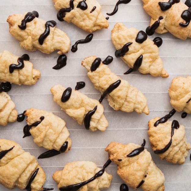 Schokoladenglasierte hausgemachte croissants Kostenlose Fotos
