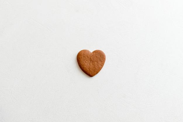 Schokoladenherzen. auf weißem hintergrund herzen. liebe zu den türmen Premium Fotos