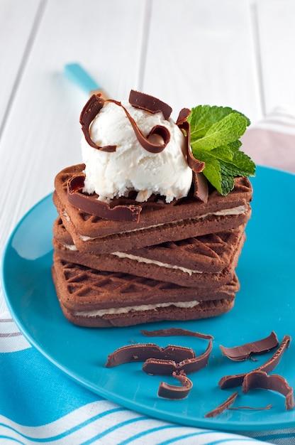 Schokoladenkekse bedeckt mit vanilleeisball Premium Fotos