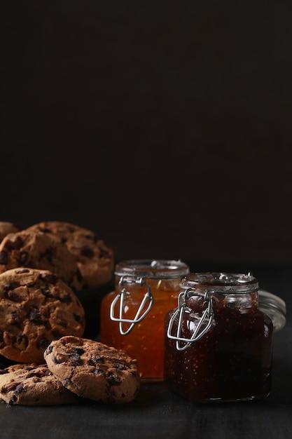 Schokoladenkekse mit schokoladenstückchen Kostenlose Fotos
