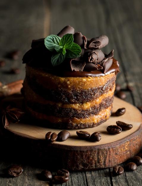 Schokoladenkuchen auf dunklem hintergrund. Premium Fotos