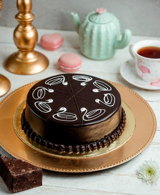 Schokoladenkuchen auf einem tablett und eine tasse duftenden tee Kostenlose Fotos