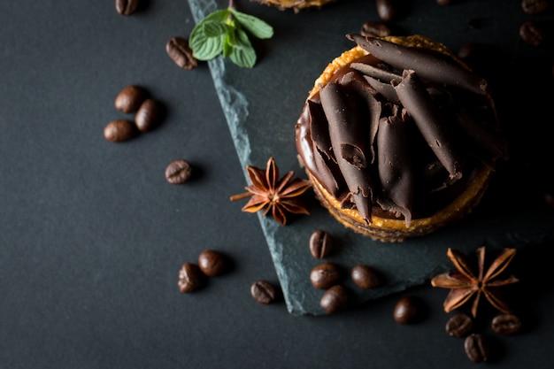 Schokoladenkuchen auf schwarzem brett Premium Fotos