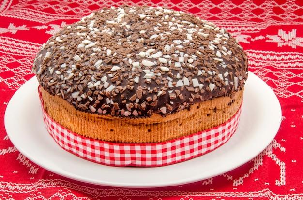 Schokoladenkuchen auf weihnachten gemustertem stoff Premium Fotos