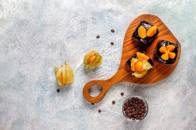 Schokoladenkuchen beißt mit schokoladensauce und mit früchten, beeren. Kostenlose Fotos