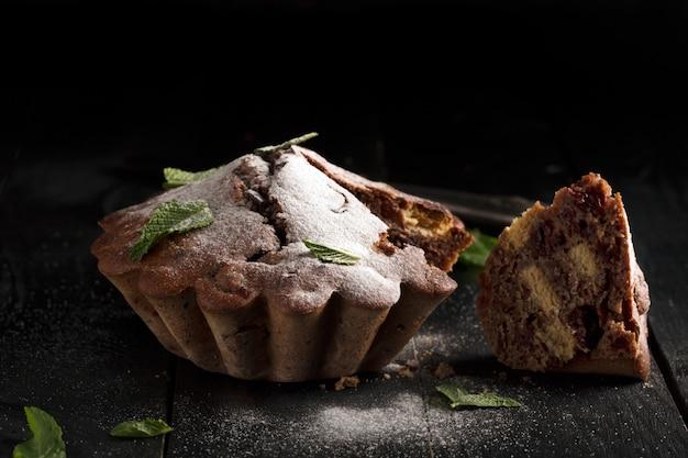 Schokoladenkuchen (dunkler hintergrund) Premium Fotos