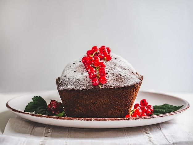 Schokoladenkuchen, frische beeren und weinleseteller Premium Fotos