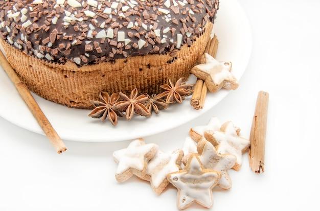 Schokoladenkuchen getrennt auf weiß Premium Fotos